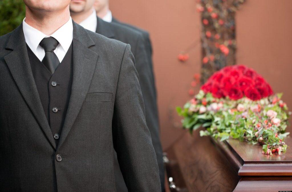 Cómo vestir para un funeral: ideas, colores y consejos para saber qué ponerse en un entierro